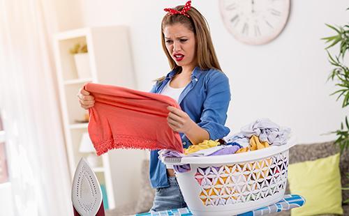 Хозяйка смотрит на грязную одежду