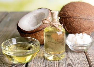 Кокосовое масло и разрезанный кокос