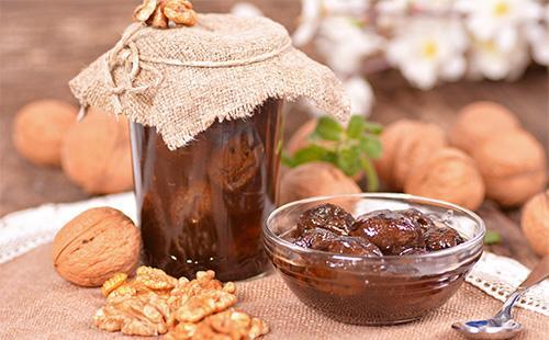 Коричневое варенье из грецких орехов