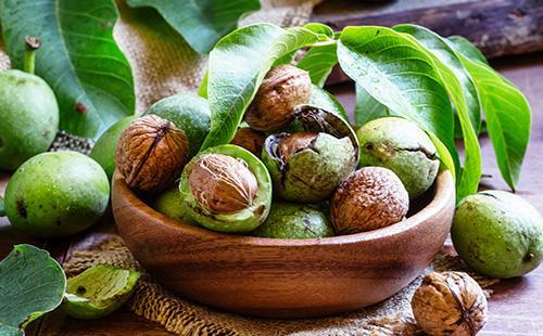 Грецкие орехи в миске