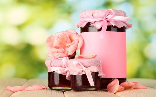 Розовое варенье в банках
