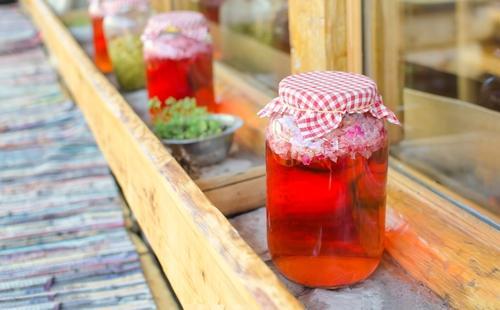 Сок из лепестков роз в банке