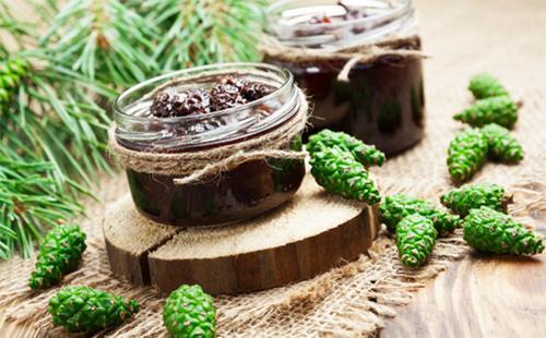Варенье из сосновых шишек в маленькой баночке