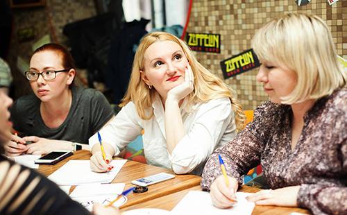 Три женщины за столом обсуждают дела