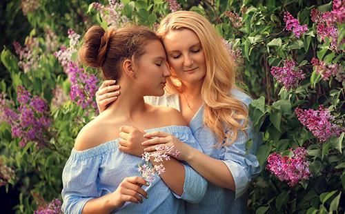 Анна и Василиса на фоне лиловых цветов