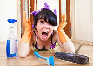 Девушка собирается мыть пол