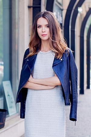 Уличный портрет в наброшенной куртке