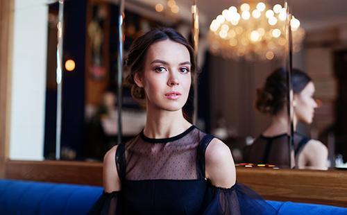 Екатерина в чёрном шифоновом платье