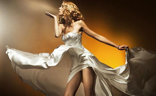 Красивая блондинка в эффектном платье