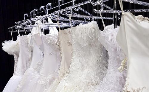 Нарядные платья на вешалке