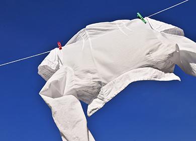 Мужская рубашка полощется на ветру на фоне неба