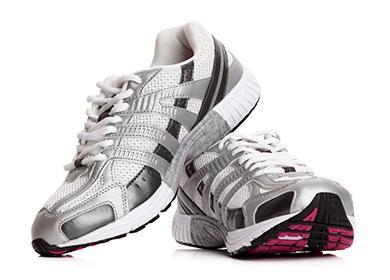 Пара белых спортивных туфель