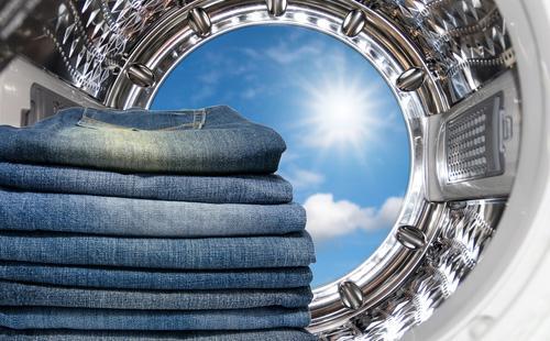 Сложенные джинсы в стиральной машине