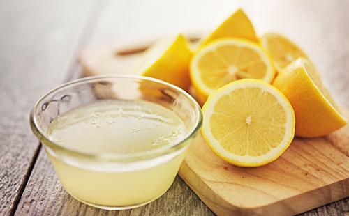 Нарезанные лимоны и выжатый сок