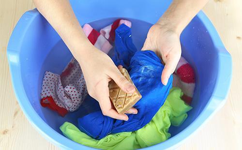 Как отстирать пятна от пота под мышками и вывести следы от дезодоранта народными средствами