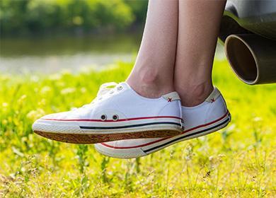 Белые кеды на ногах