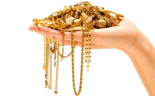 Золотые украшения в руке