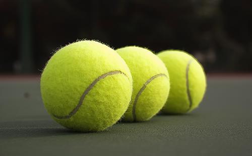 Три жёлтых теннисных мячика