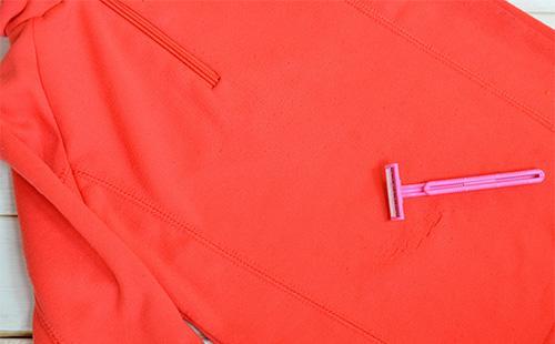 Одноразовый бритвенный станок на свитере