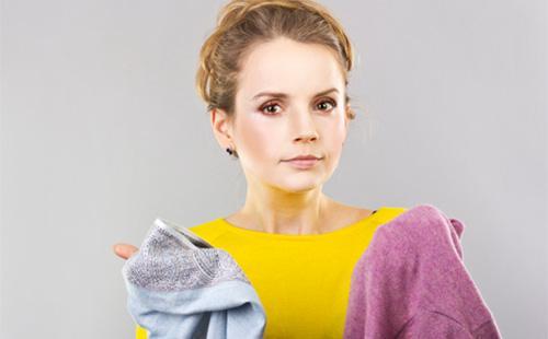 Девушка держит белье в руках