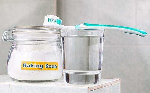 Пищевая сода в банке и зубная щётка