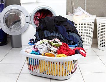 Чем оттереть краску с одежды: свежую и засохшую
