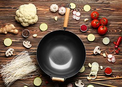 Пустая сковородка с рассыпанными вокруг продуктами
