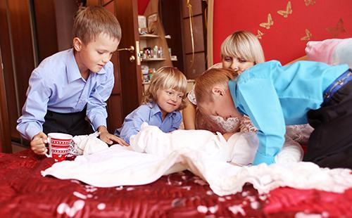 Мальчики хлопочут над младшим братом