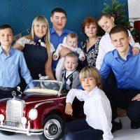 Семейное фото с игрушечной машиной