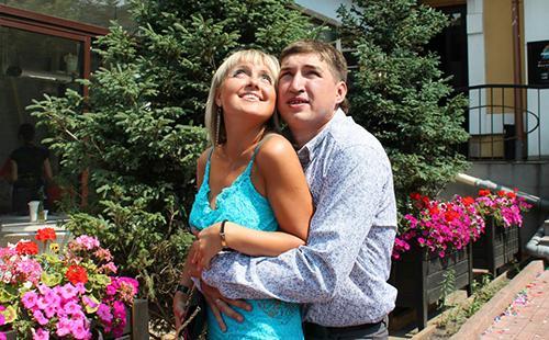 Супружеская пара на зелёной улице