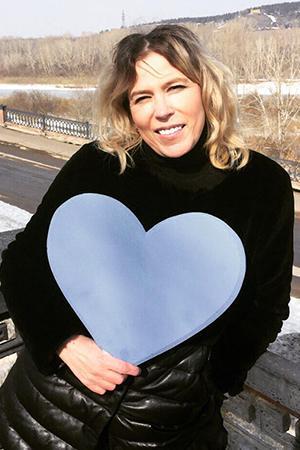 Вероника держит огромное голубое сердце