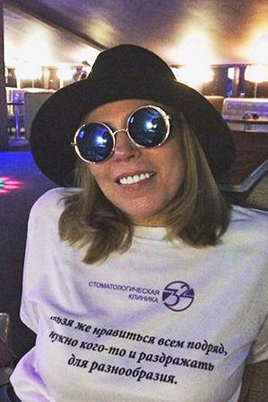 Женщина в шляпе и больших очках
