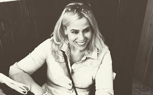 Чёрно-белый портрет смеющейся блондинки