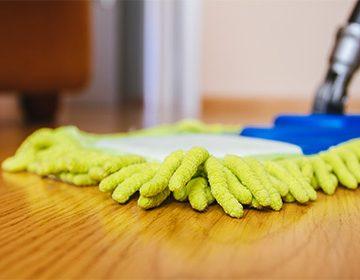 Чем мыть ламинат без разводов и, чтобы блестел: инвентарь, бытовая химия и народные средства