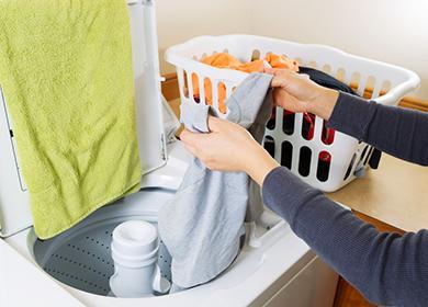 Женщина стирает руками в раковине