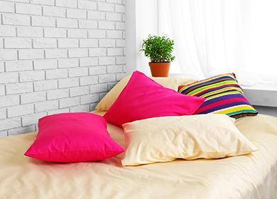 Разноцветные подушки на постели