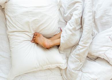 Девчоночьи пятки поверх подушки