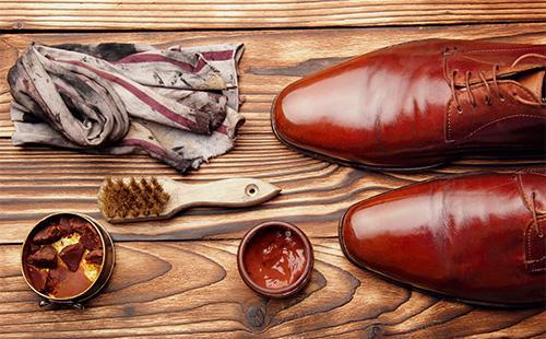 Крем для обуви и носки туфлей