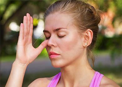 Женщина коснулась носа большим пальцем