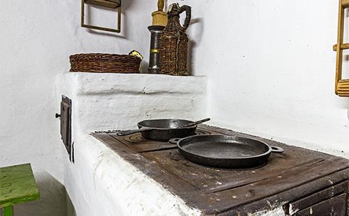 Чугунные сковороды на печи