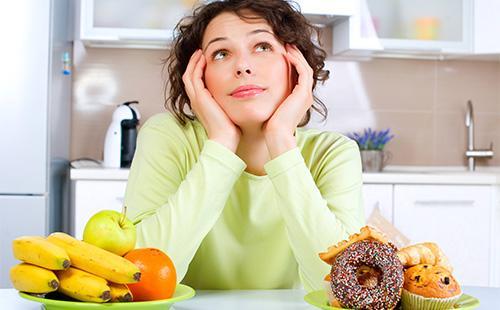 Женщина думает о еде