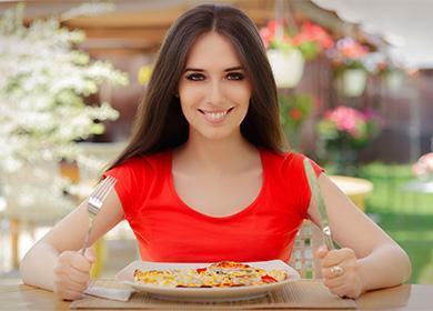 Девушка собирается есть пиццу