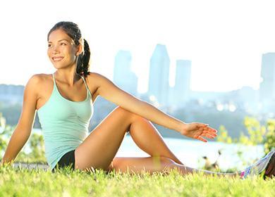 Девушка на природе делает упражнения
