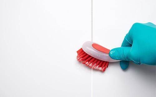 Мытье щеткой кафеля в ванной