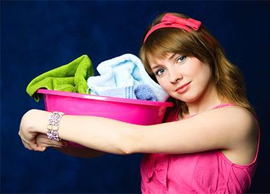 Девушка держит тазик с грязным бельем
