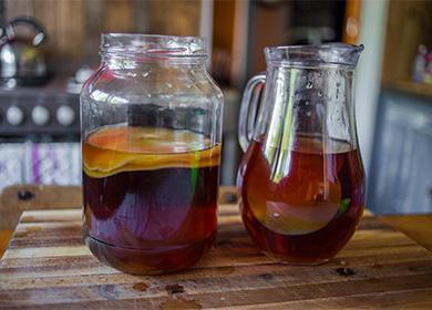 Чайный гриб в банке и напиток в графине