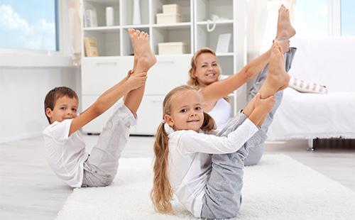 Мама с детьми делает упражнения