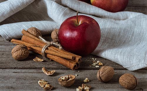 Яблоко, орехи и корица