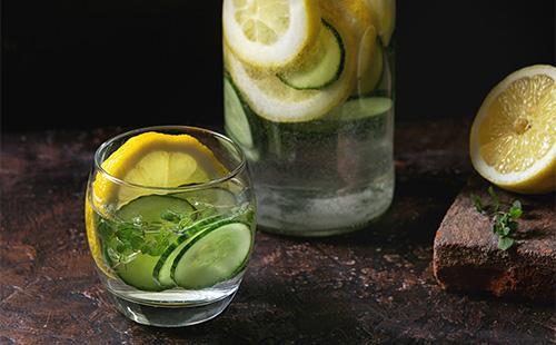 Вода сасси в стакане