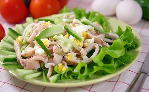 Салат с кольцами кальмаров